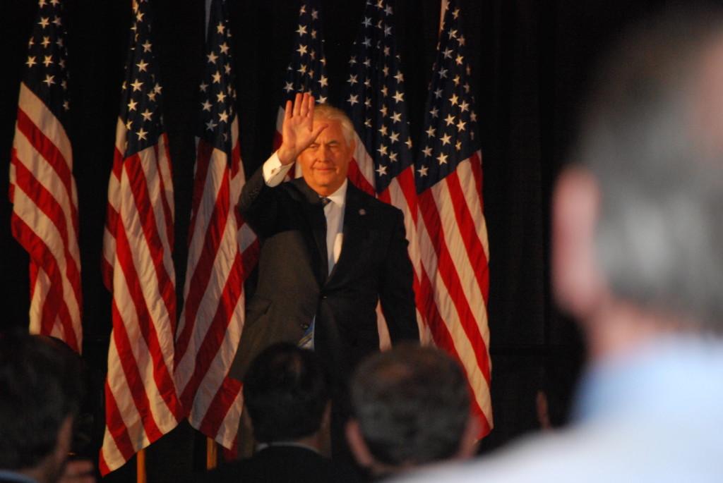 Rex Tillerson waving2